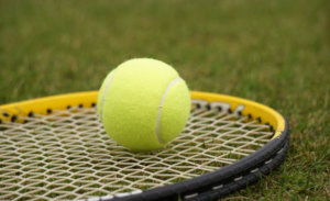 テニスボールとテニスラケット