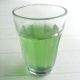 酵素ドリンクを注いだグラス